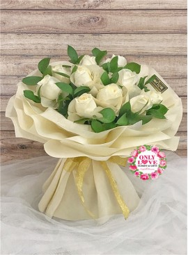 L57 Rose Hand Bouquet