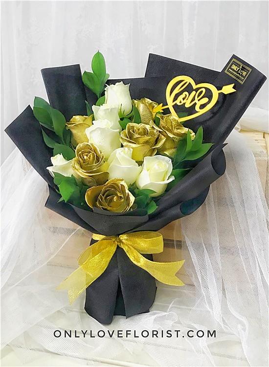 L143 Rose Hand Bouquet