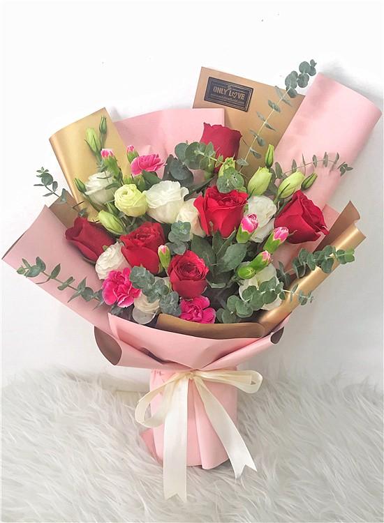 L154 Rose Hand Bouquet