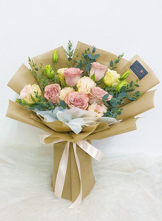 L112 Rose Hand Bouquet