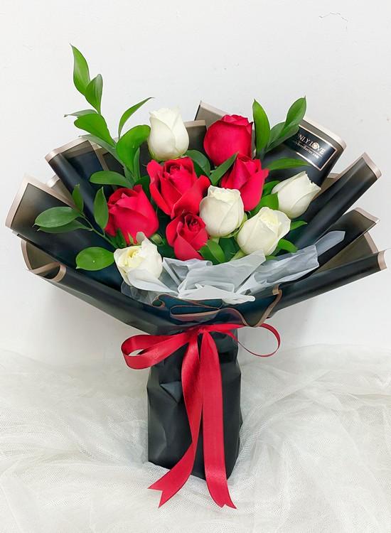 L58 Rose Hand Bouquet